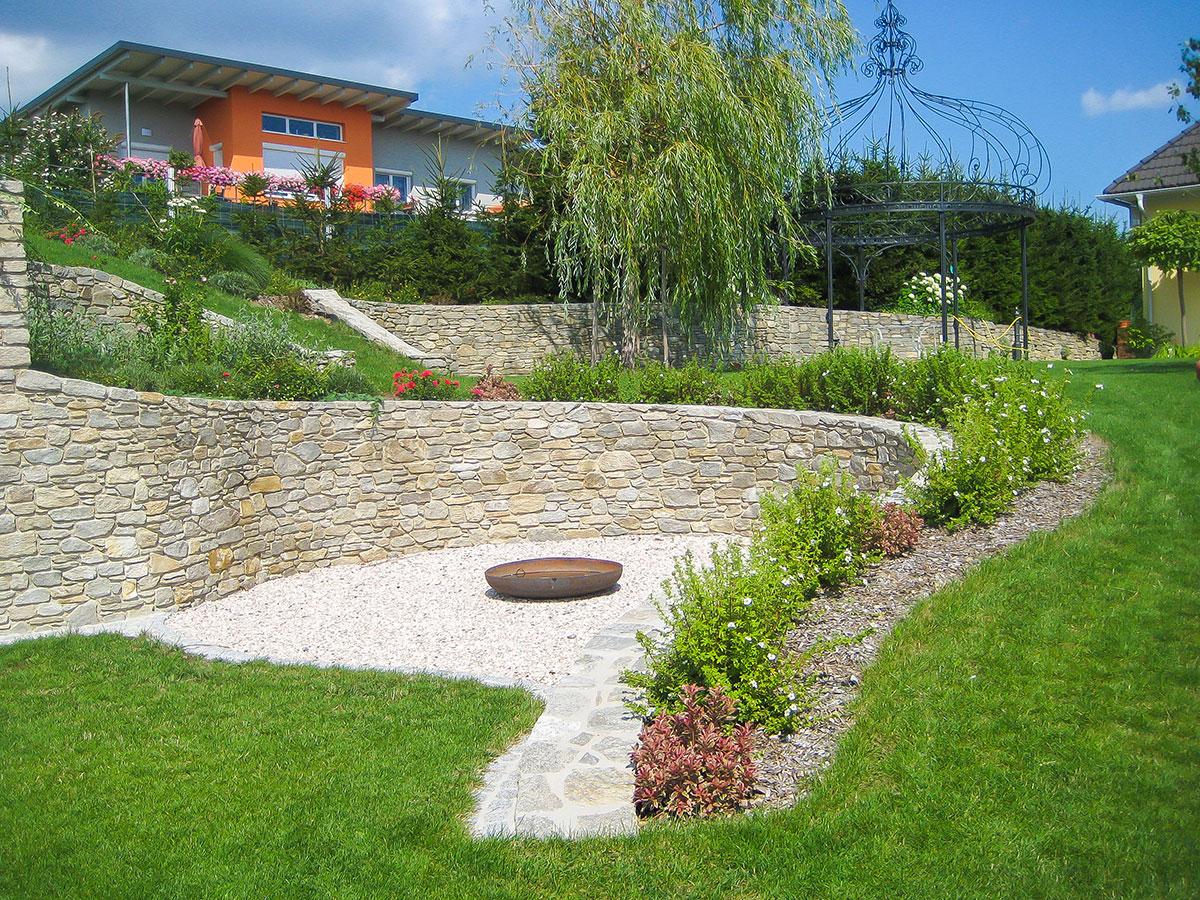 Feuerstelle Mit Naturstein Gartendesign Christa